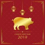 2019年与金猪和金黄垂悬的灯笼的农历新年例证 猪的年-在红色背景的假日卡片 免版税库存照片