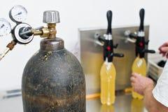 30 03 2019年俄罗斯,圣彼德堡-装瓶的工厂-处理和装瓶的啤酒的啤酒瓶线到瓶里 免版税库存图片