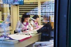 12 18 2018年俄罗斯 莫斯科 钉子大师做修指甲客户 看法通过玻璃 免版税库存照片