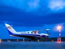 11 06 2019年俄罗斯 krasnoyarsk 霍洛斯托夫斯基机场 从德国的小型飞机旅客 免版税库存图片