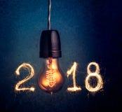 2018年写与闪闪发光烟花和电灯泡,摘要20 库存图片