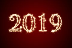 2019年写与闪闪发光烟花在黑背景,新年快乐2019年概念 皇族释放例证