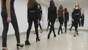 26 12 2017年切尔诺夫策,乌克兰-小组女孩火车在教室排成纵列前进在模范学校 股票视频