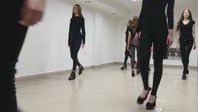 26 12 2017年切尔诺夫策,乌克兰-小组女孩火车在教室排成纵列前进在模范学校 股票录像