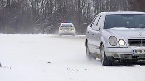 23 03 2018年切尔诺夫策,乌克兰-汽车由在结霜的树中的路乘坐在森林里冬日 免版税库存图片