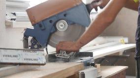 25 07 2018年切尔诺夫策- PVC Windows和门制造 削减与圆的锯的工作者PVC配置文件 切口PVC 股票录像