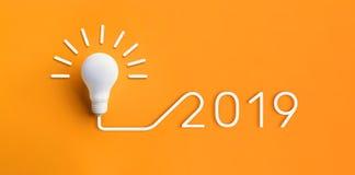 2019年创造性与电灯泡的启发概念在柔和的淡色彩 免版税库存照片