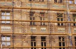 03 08 2019年利沃夫州,乌克兰 一个古老屋顶房子的恢复,门面,壁画的过程 恢复建筑 免版税库存图片