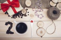 2018年咖啡豆、杯子、茶匙和木切片的题字 免版税库存图片