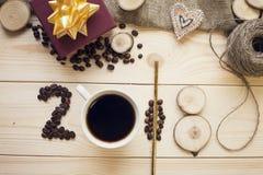 2018年咖啡豆、coffe杯子和木切片的题字 免版税库存图片