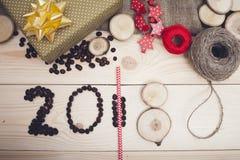 2018年咖啡豆,红色和金黄圣诞节装饰的题字 库存图片