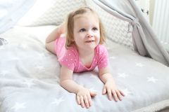 2年圆锥形小屋帐篷的小女孩在家 免版税库存照片