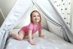 2年圆锥形小屋帐篷的小女孩 库存图片