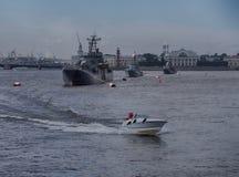 15 06 2017年圣彼德堡 俄国 Neva河 小船通道彼得斯堡河圣徒st视图 库存图片