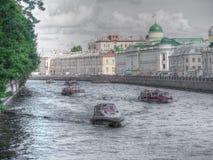 15 06 2017年圣彼德堡 俄罗斯涅瓦河 小船通道彼得斯堡河圣徒st视图 免版税图库摄影