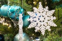 2010年圣诞节在照片被采取的结构树之外的12月装饰 免版税库存照片
