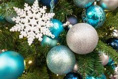 2010年圣诞节在照片被采取的结构树之外的12月装饰 库存照片