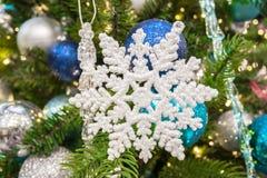 2010年圣诞节在照片被采取的结构树之外的12月装饰 免版税库存图片