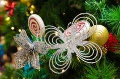 2010年圣诞节在照片被采取的结构树之外的12月装饰 免版税图库摄影