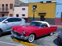 1957年在利马陈列的Ford Thunderbird小轿车 库存照片