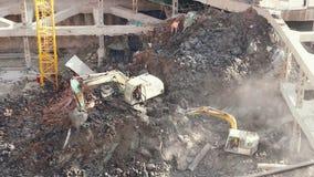 18 05 2019年在工地工作的昆明,中国挖掘机在中国城市 股票视频