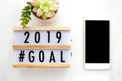 2018年在木箱子和巧妙的电话的目标有在屏幕上的空白的在  免版税库存照片