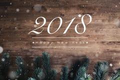 2018年在木背景的新年快乐文本 免版税库存图片