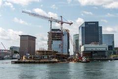 04 09 2017年在江边海湾附近的波士顿马萨诸塞美国江边视图地平线新的摩天大楼建筑 库存图片