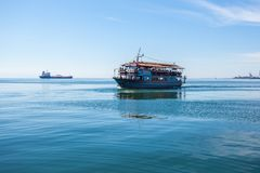 10 03 2018年塞萨罗尼基,希腊-观光的游轮  免版税库存图片