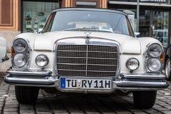 1970年奔驰车280 SE老朋友汽车 库存照片