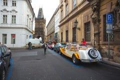 25 01 2018年布拉格,捷克Respublic -徒步游览的老汽车 免版税库存图片