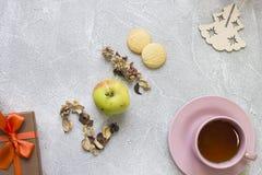 2018年干燥花的题字,苹果,曲奇饼,一个木玩具, giftbox 免版税库存图片