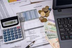 年度预算、市场研究和业务报告与膝上型计算机,欧洲票据,硬币 免版税图库摄影