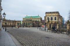 22 01 2018年德累斯顿;德国-有步行者和电车的t街道 免版税库存图片