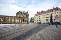 23 01 2018年德累斯顿;德国-有步行者和电车的t街道 免版税库存照片