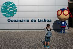 8年拍在里斯本Oceanarium Entran前面的儿童照片 免版税库存照片
