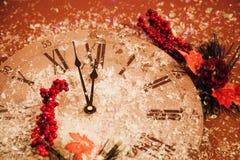 2018年新年快乐背景庆祝卡片闪耀的装饰红色手表时钟 库存图片