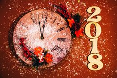 2018年新年快乐背景庆祝卡片闪耀的装饰红色手表时钟 免版税库存图片