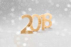 2018年新年快乐,数字从在一灰色backg的轻的木头切开了 库存图片