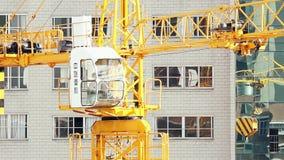 18 05 2019年昆明,中国在工地工作的操作起重机在中国城市 股票视频