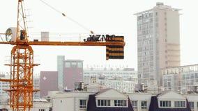 18 05 2019年昆明,中国运行的起重机工地工作在中国城市 股票视频