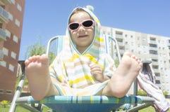 2年有戴头巾雨披毛巾的男婴在游泳以后 免版税库存照片