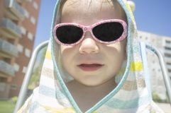 2年有戴头巾雨披毛巾的男婴在游泳以后 免版税库存图片