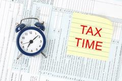 1040年概念放置包税时间顶层的表单指令 免版税库存图片