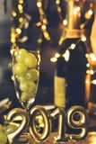 年概念的结尾 杯香槟用里面葡萄 免版税图库摄影