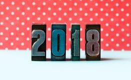2018年概念 书面的数字上色了葡萄酒活版 背景小点短上衣红色 图库摄影