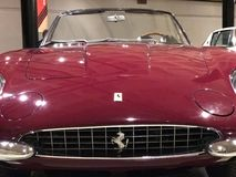1967年法拉利365惊人红色的加利福尼亚Spyder 图库摄影