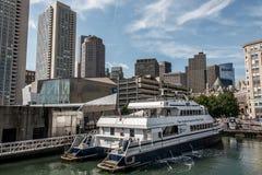 04 09 2017年波士顿马萨诸塞美国人日常生活家庭和小船停泊了波士顿的码头长的码头中心 免版税库存图片