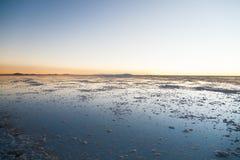 01 06 2000年玻利维亚de distance女性湖层放置孤立稀薄在撒拉尔盐旅行家uyuni走的水 免版税库存照片