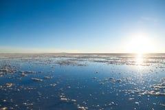 01 06 2000年玻利维亚de distance女性湖层放置孤立稀薄在撒拉尔盐旅行家uyuni走的水 免版税库存图片